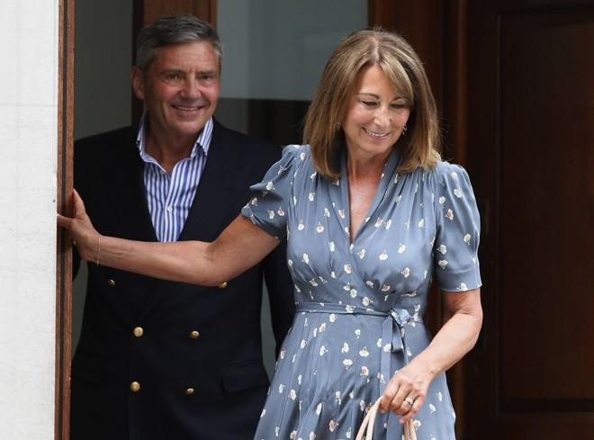 Michael e Carole Middleton deixam o hospital na tarde desta terça-feira (23) após visitarem o neto recém-nascido   Reuters/Stefan Wermuth