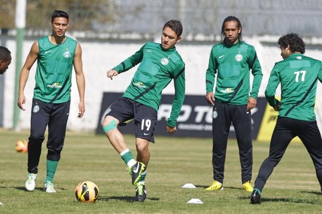 Após susto com pancada no joelho, Keirrison treinou normalmente com o grupo do Coritiba | Antonio More / Gazeta do Povo