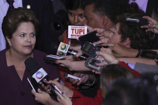 """Dilma Rousseff aos repórteres: """"Eu tenho a impressão que a base só é brava com você. Comigo, ela não é brava""""   Ueslei Marcelino/Reuters"""