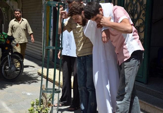Homem é amparado após ser atingido pelo gás   Reuters/Bassam Khabieh