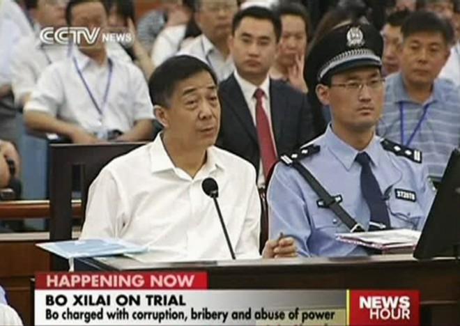 Bo Xilai (ao microfone) é julgado na China   Reuters/China Central Television (CCTV)/Reprodução