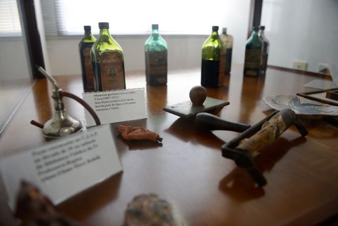 Materiais usados por Guido Viaro, como tintas e borrifador, estarão na exposição Primeiros Traços | Henry Milleo/Gazeta do Povo