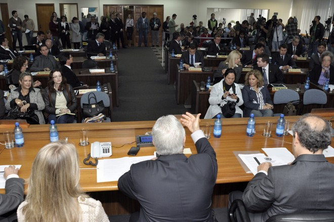 De costas no centro da imagem, o presidente da Câmara de Vereadores, Paulo Salamuni, apresentou balanço do primeiro semestre de trabalho | Anderson Tozato / Divulgação / Câmara de Vereadores de Curitiba
