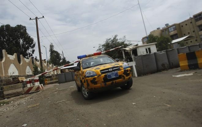 Veículo da polícia guarda a entrada da Embaixada dos EUA em Sanaa | Reuters/Khaled Abdullah