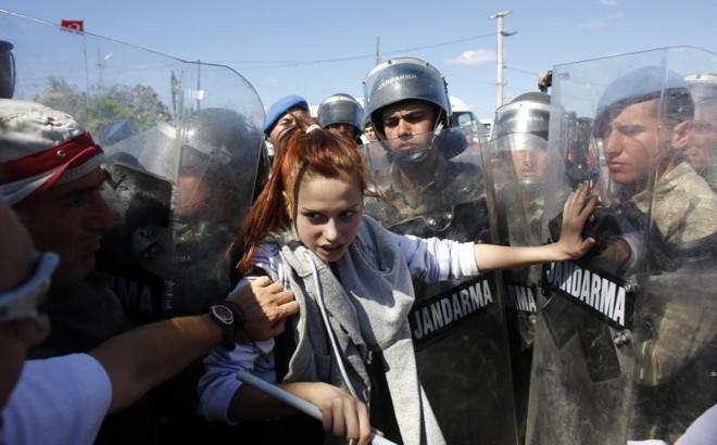 Manifestante enfrenta soldados em Silivri, na Turquia | Murad Sezer/Reuters