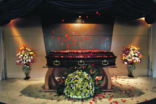 Crematório Vaticano: chuva de pétalas é extra |