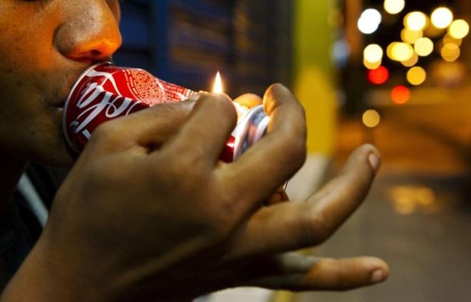 Segundo a pesquisa, latas de cerveja e refrigerante são usadas por 52% dos usuários de crack para fumar a droga | Bruno Kelly/ Reuters