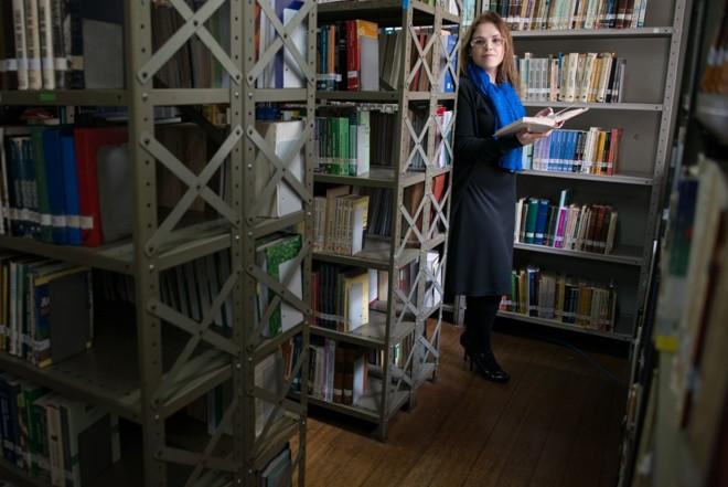 A mestranda Juliana Chevônica prefere passar o dia na biblioteca e pesquisar em casa só à noite, evitando interrupções por parte da família.   Henry Milleo / Gazeta do Povo