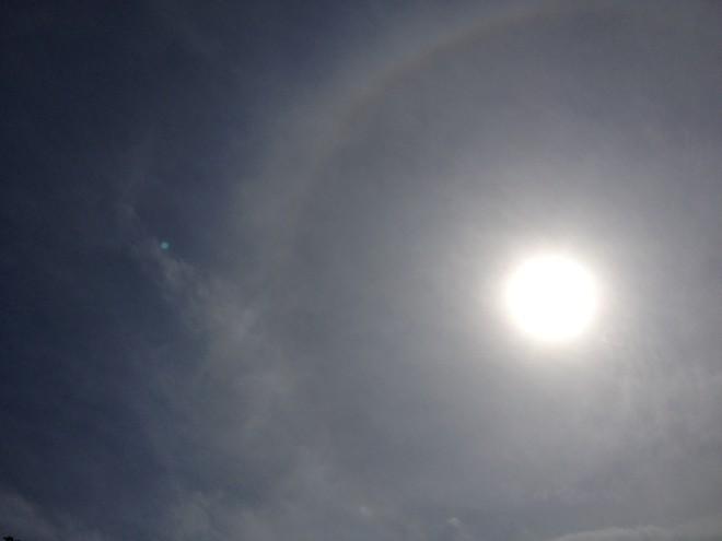 Halo solar de baixa intensidade podia ser observado por volta das 15 horas desta segunda-feira em Maringá | Tatiane Salvatico