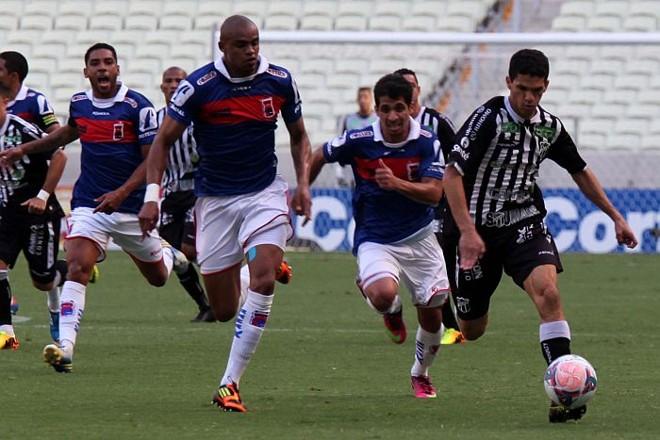 Edimar e Roniery na marcação de Magno Alves no empate do Paraná com o Ceará em Fortaleza | LC Moreira/Futura Press/Folhapress