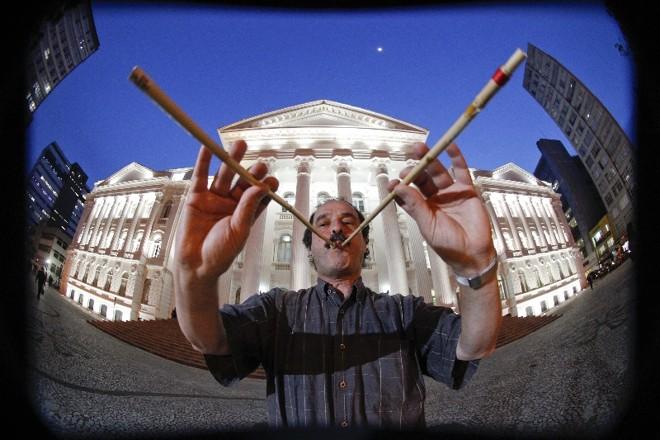 O músico suíço se apresenta com os aulos, um tipo de instrumento de sopro comum no período estudado por ele, entre os séculos 7 e 5 antes de Cristo | Daniel Castellano/Gazeta do Povo