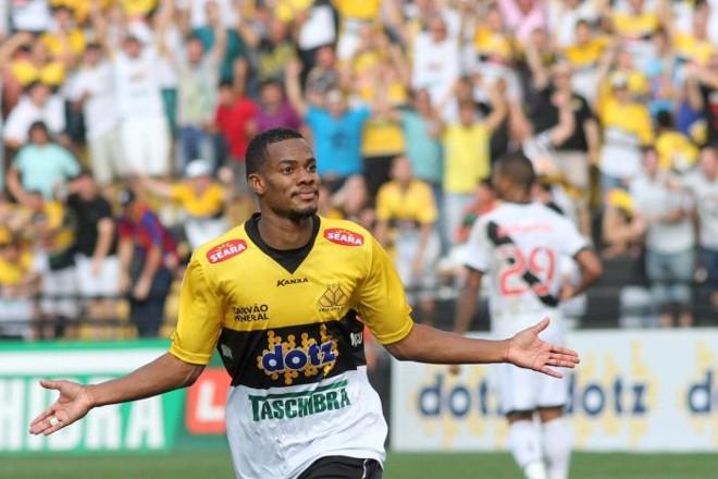 Lins comemora o terceiro gol do Criciúma, na vitória por 3 a 2 sobre o Vasco. | Fernando Ribeiro/Folhapress