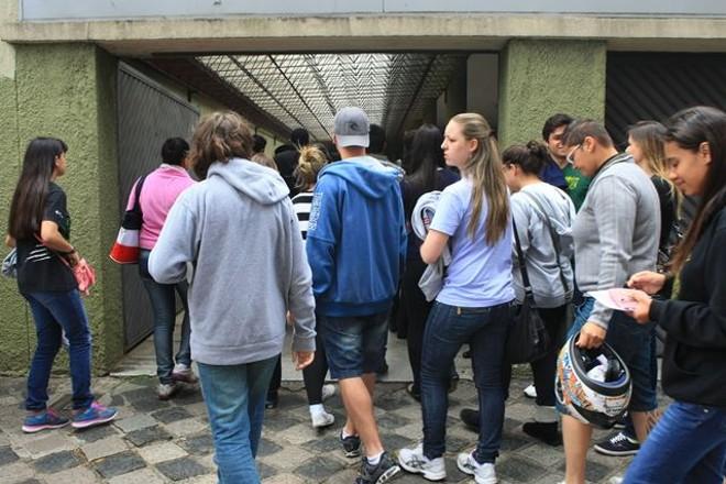 Alunos entram na UTFPR para realizar as provas do Enem. Portões fecharam às 13h06 | Aniele Nascimento / Gazeta do Povo