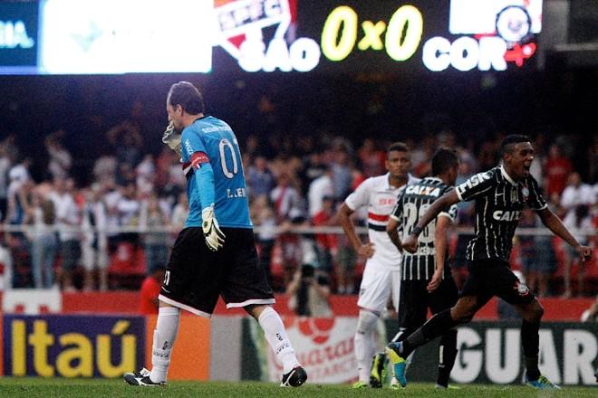Rogerio Ceni sai desolado após penalti perdido aos 44/2º | Daniel Guimarães