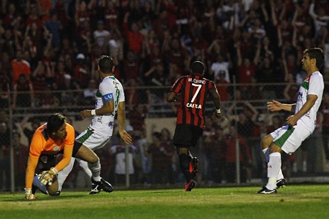 Após superar a defesa da Lusa, Marcelo parte para comemorar o gol da vitória, logo no primeiro ataque do jogo de ontem | Felipe Rosa/ Gazeta do Povo
