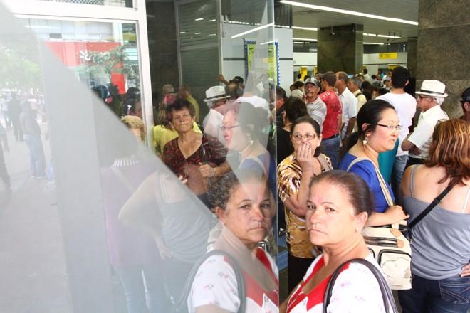 Dentro de uma das agências do Banco do Brasil, dezenas aguardavam atendimento | Roberto Custódio / JL