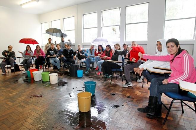 Em dias de chuva, aulas de Educação Física na UFPR são comprometidas por goteiras e infiltrações. | Antonio More / Agência de Notícias Gazeta do Povo