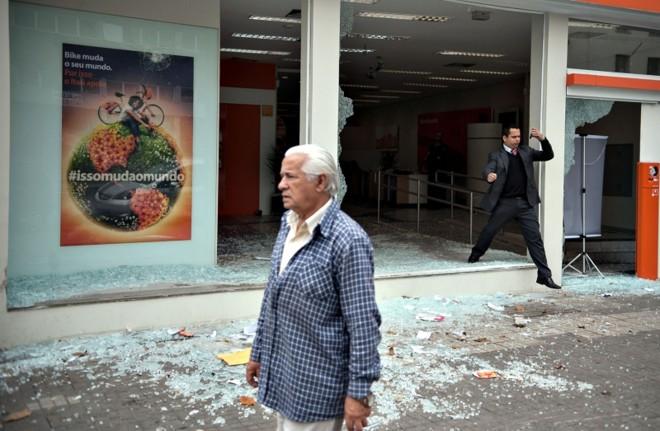 Agências bancárias foram depredadas durante protesto na noite de segunda-feira, no centro de São Paulo: dia de consertos | Marcelo Camargo/ ABr