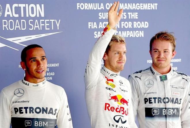 O piloto alemão Sebastian Vettel (centro) vai largar na pole do GP da Índia, seguido pelo alemão Nico Rosberg (direita) e o inglês Lewis Hamilton (esquerda) | EFE/EPA/VALDRIN XHEMAJ