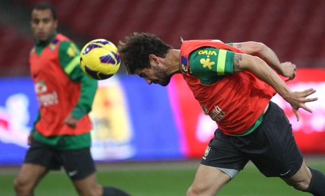 Alexandre Pato foi titular no treino da seleção brasileira nesta segunda-feira no Ninho de Pássaro | Mowa Press