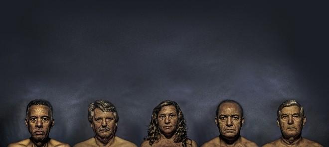 Seguindo o conceito de passagem do tempo sobre o qual o álbum foi construído, os retratos dos membros da banda deram lugar aos de seus pais   Rosano Mauro Jr./Divulgação