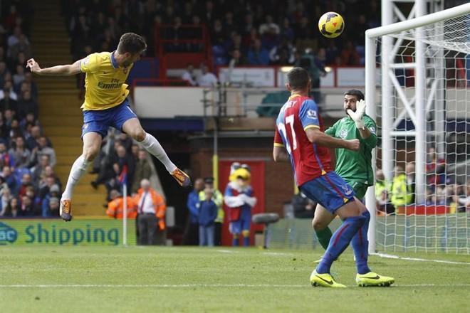 Olivier Giroud (esquerda), do Arsenal, cabeceia bola em jogo contra o Crystal Palace | EFE/EPA/TAL COHEN