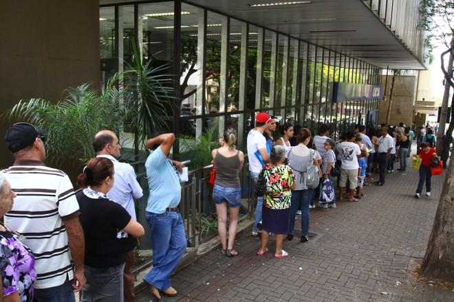 Na agência central da Caixa Econômica Federal, a fila de clientes se estendia para o lado de fora |