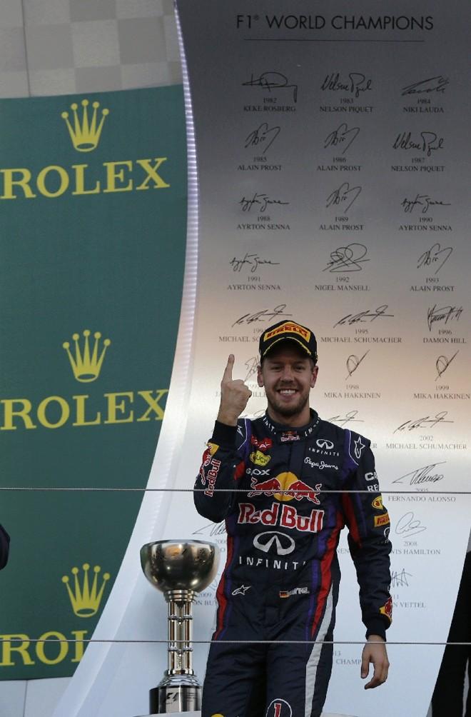 Vettel diante de um painel com os campeões da Fórmula 1: alemão tem mais quatro chances de escrever de novo seu nome na lista   Toru Hanai/Reuters