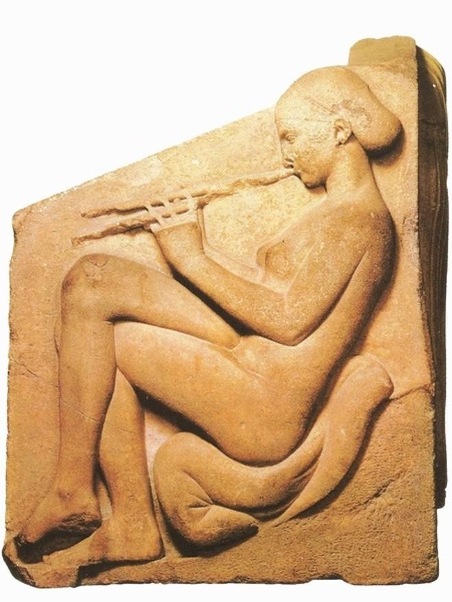 Painel grego em mármore de 460 a.C. mostra mulher tocando aulos |