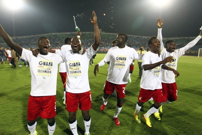 Jogadores ganeses comemoram no Cairo com camiseta alusiva à participação no Mundial do Brasil | Khaled Elfiqi / EFE