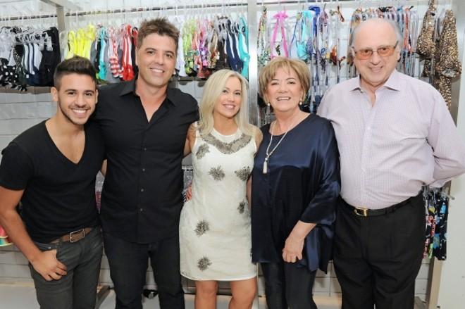 O casal Rita de Cássia e Pedro Lago (ao centro) inaugurou no último dia 13 a terceira loja da Oxyfit, marca de moda fitness, no ParkShoppingBarigüi. Também na foto, os pais dele, Rosil e Ismael Lago, e o sobrinho João Pedro Lago Soares, que atuou como DJ no coquetel | Gerson Lima