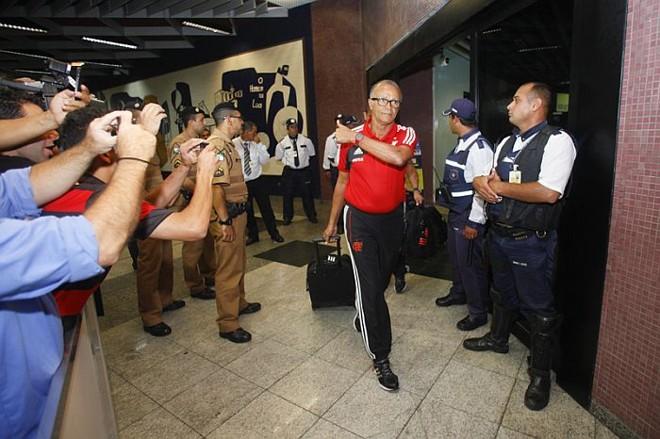 Técnico Jayme de Almeida foi um dos mais ovacionados na chegada do Flamengo a Curitiba | André Rodrigues / Gazeta do Povo