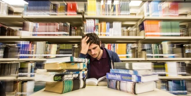 Carlos Alexandre Micaloski chega a sacrificar horas de almoço para estudar para as provas. Nem sempre o esforço vale a pena. | Brunno Covello / Gazeta do Povo