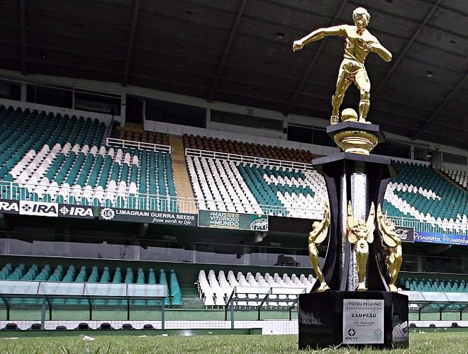 Troféu de campeão paranaense, que atualmente está nas mãos do Coritiba | Jonathan Campos / Gazeta do Povo