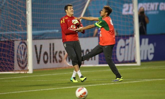 O goleiro Júlio César brinca com Neymar durante treino da seleção nos EUA | Mowa Press
