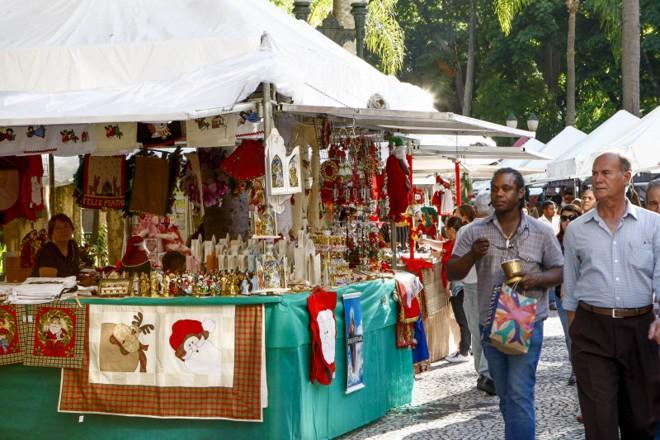A feirinha de Natal da Praça Osório, no Centro de Curitiba, já está funcionando | Hugo Harada/Agência de Notícias Gazeta do Povo