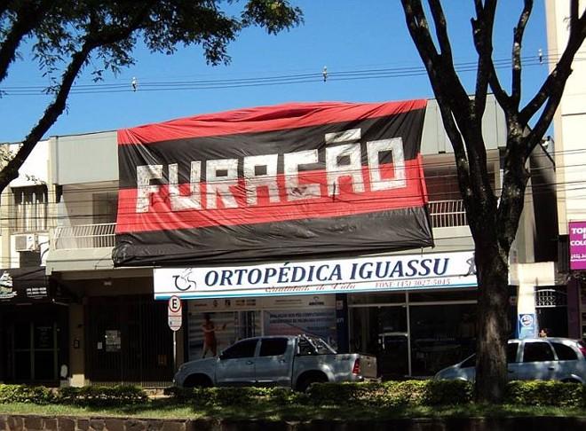 Assim como no título brasileiro de 2001, o empresário Nilton Gomes Filho estendeu o bandeirão rubro-negro na frente de sua pousada em Foz | Arquivo pessoal Nilton Gomes Filho