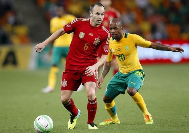 Autor do gol do título mundial da Espanha em 2010 no Soccer City, Iniesta viu nesta terça a vitória da África do Sul, de Oupa Manyisa   Kim Ludbrook / EFE