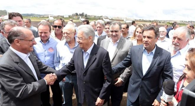 Aécio Neves (à direita) guia o ex-presidente FHC, que cumprimenta Geraldo Alckimin, em Poços de Caldas nesta segunda-feira (18) | Orlando Brito / PSDB / Divulgação