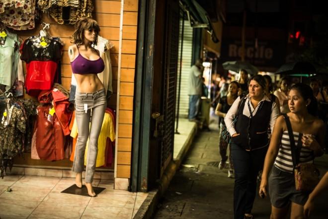 Manequins de vitrine refletem o aumento da popularidade dos implantes de silicone nos seios entre as mulheres da Venezuela | Meridith Kohut para The New York Times
