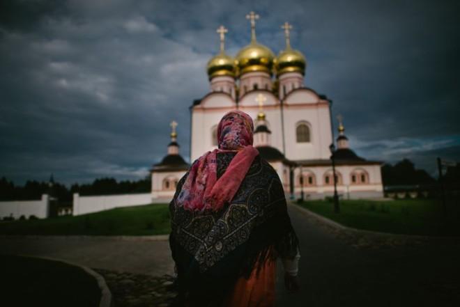 Mosteiro restaurado ocupa trecho da rodovia entre São Petersburgo e Moscou | Dmitry Kostyukov para The New York Times