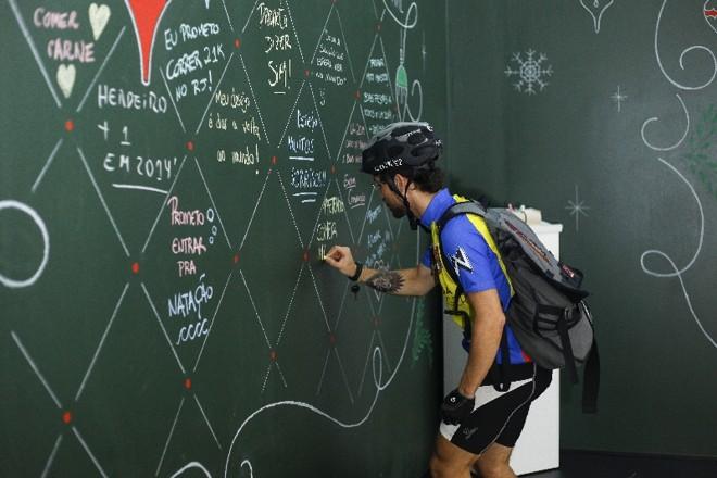 O ciclista Rafael Leal deixa sua mensagem no Bazar de Experiências: marketing do bem em ação | André Rodrigues/ Gazeta do Povo