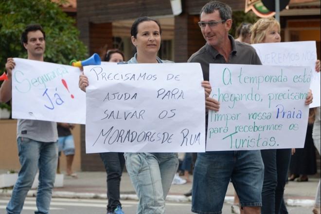 Moradores de Canasvieiras dizem estar indignados com o grande número de moradores de rua na praia | João Soares/Agência-RBS