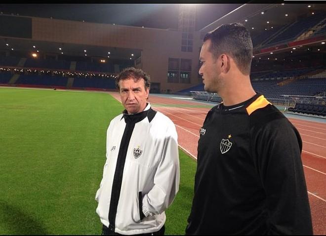Técnico Cuca conversa com o zagueiro Réver no treino no Estádio de Marrakesh: Galo está confiante de que pegará o Bayern de Munique na decisão | Divulgação Atlético-MG