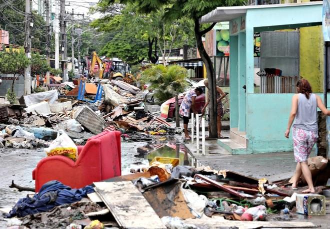 Móveis destruídos pela chuva foram deixados na rua por moradores do bairro de Botafogo | Guilherme Pinto/Agência O Globo