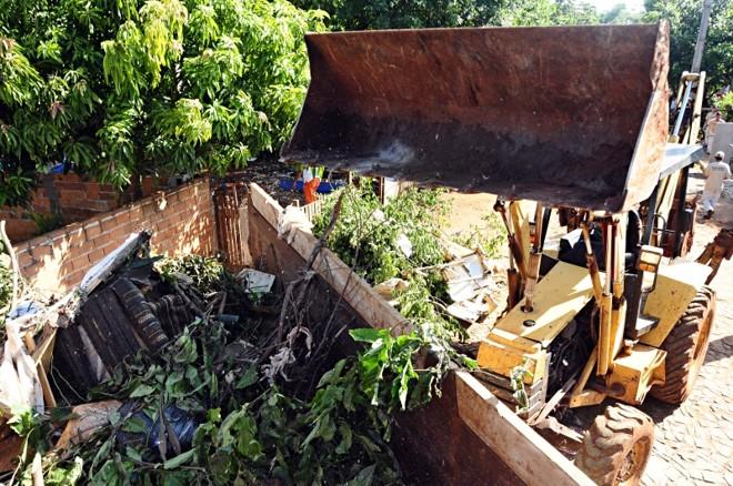Mutirão em Foz do Iguaçu recolhe materiais que possam acumular água: objetivo agora é evitar a proliferação do mosquito   Marcos Labanca/Gazeta do Povo