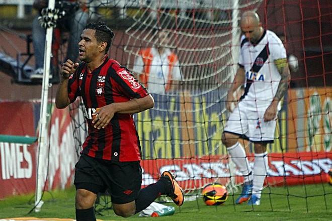 Ederson comemora o último gol na vitória que decretou o rebaixamento do Vasco | Albari Rosa / Gazeta do Povo