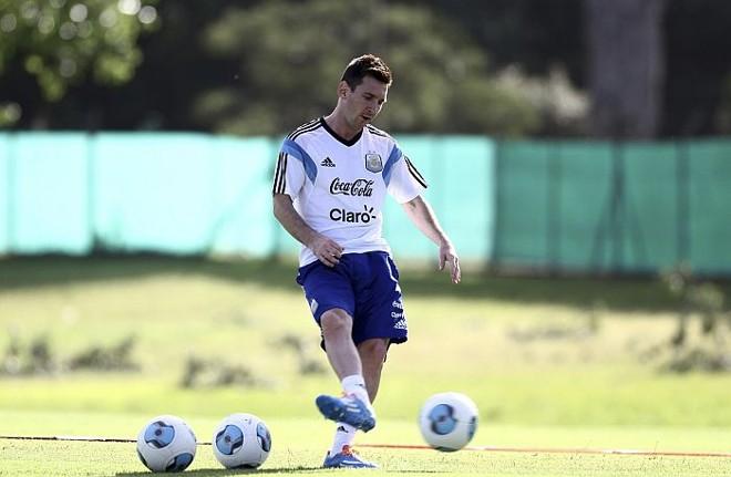 Messi está fazendo tratamento da lesão na coxa em Buenos Aires   Reuters