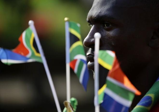 Cortejo fúnebre voltou a levar o corpo de Mandela do Hospital Militar de Pretória até a sede governamental | REUTERS/Kevin Coombs