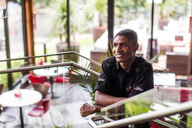 Reginald Alfred, 29 anos: psicólogo e comunicador no Haiti, ele trabalha como atendente de produção no restaurante Karina | Bruno Covello/Gazeta do Povo